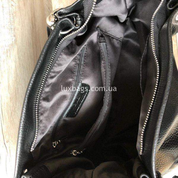 черная кожаная сумка на плечо внутри