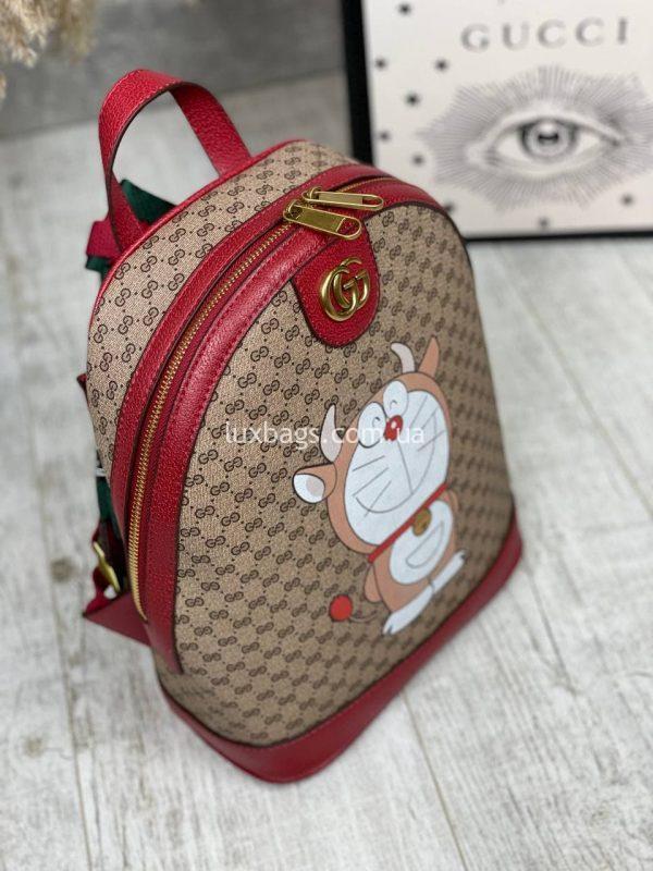 Красный рюкзак Гуччи с принтом.