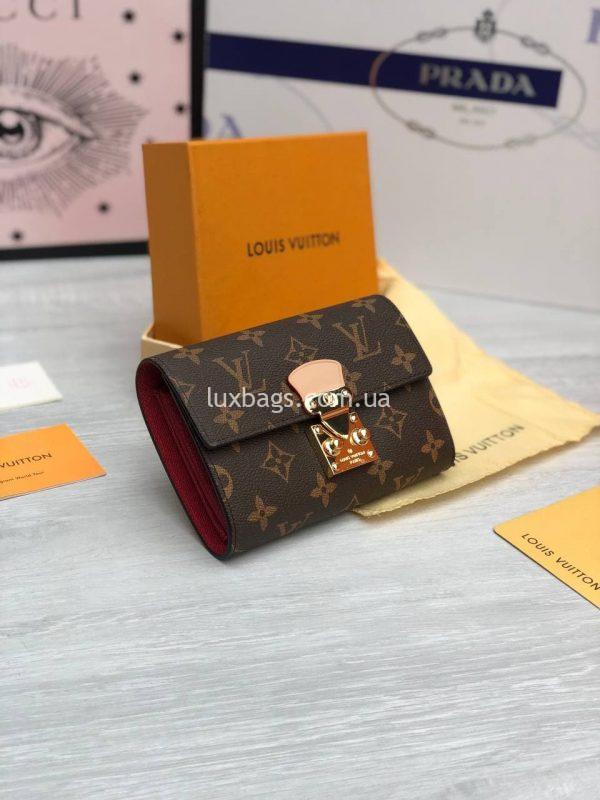 Складной небольшой кошелёк Louis Vuitton с логотипами.