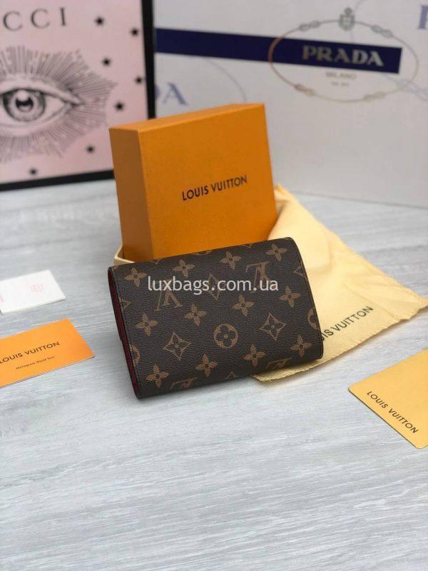 Складной небольшой кошелёк Louis Vuitton из фирменного материала с логотипами.