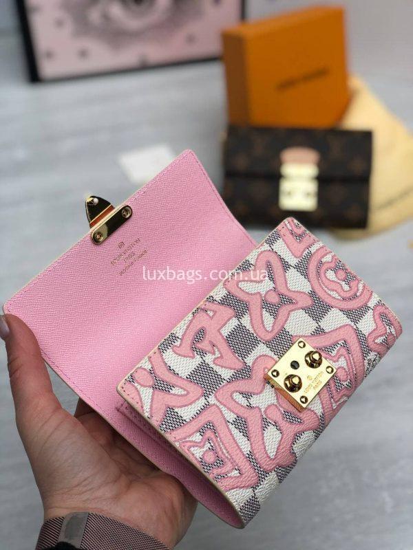 Розовый кошелек Луи Виттон.