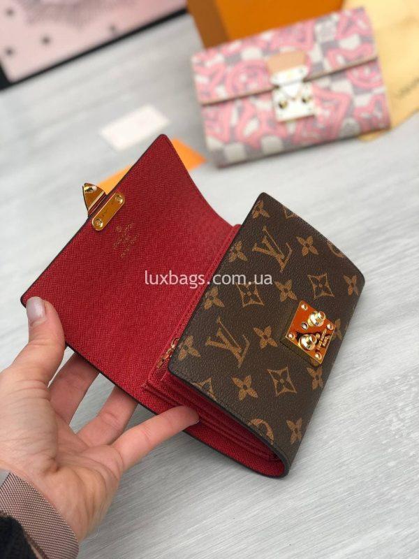 Складной небольшой кошелёк Louis Vuitton красный внутри.
