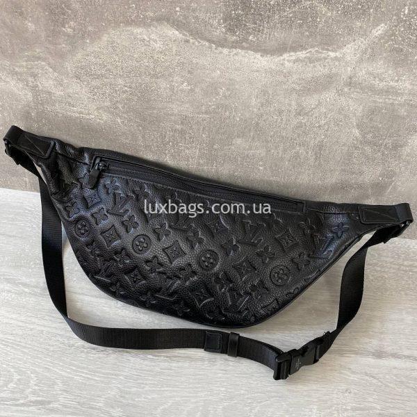 Нагрудная-поясная сумка Louis Vuitton с логотипами.
