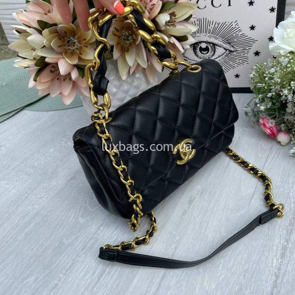Черная сумка с логотипом-застежкой Шанель.
