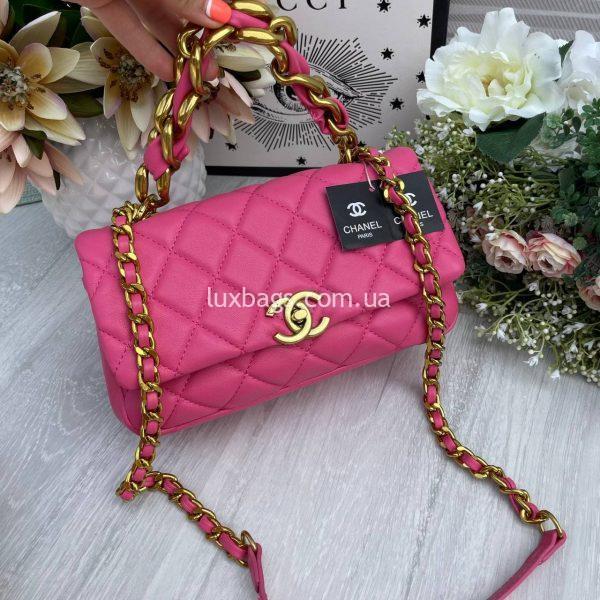 Розовая сумка с логотипом-застежкой Шанель.