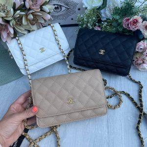 Маленькие стеганные сумочки Chanel.